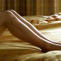 krásná žena na pohovce