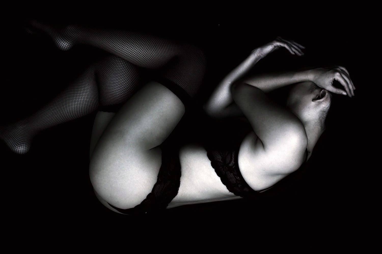 sexy dívka ve tmě