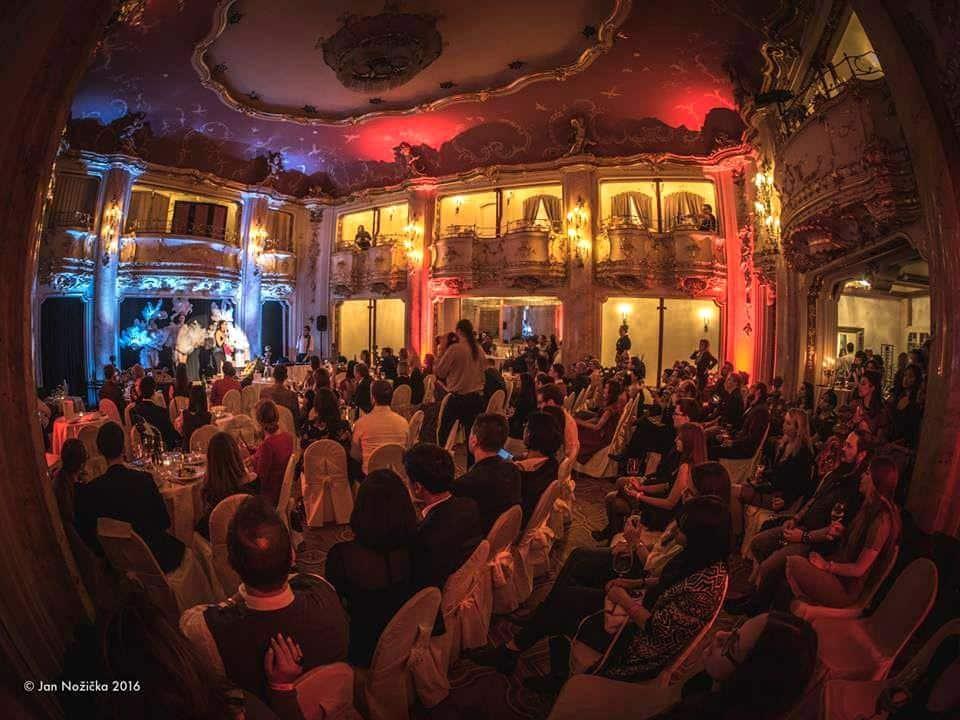 Záběr zpředchozího ročníku – sál Boccaccio Grand Hotelu Bohemia v Praze (foto Jan Nožička)
